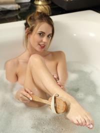 Blake Eden Masturbates In The Tub