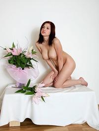 Iga Wyrwal Likes Flowers