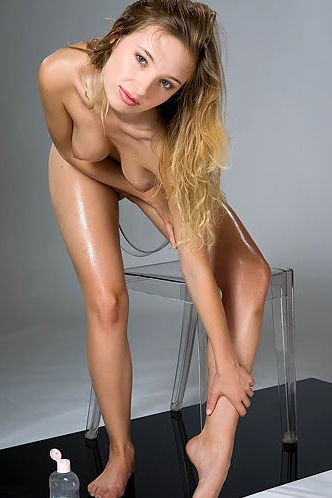 Sarah Sexy Oiled Girl In Studio