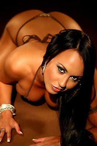 Mariah Milano sexy curves in bikini