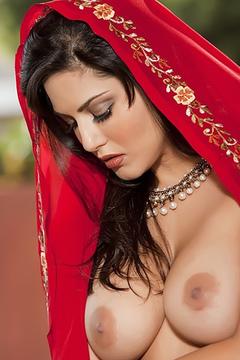 Curvy Indian Sunny Leone