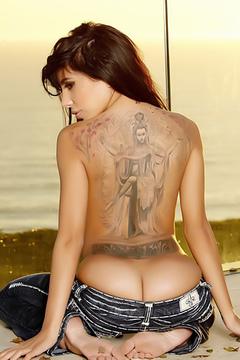 Lela Star Strips Her Jeans